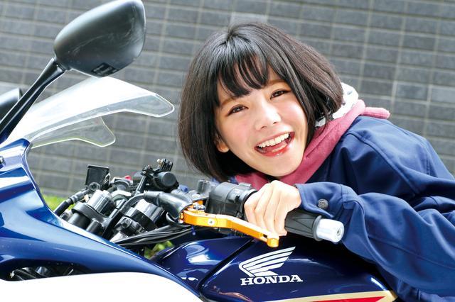 画像: 装着テスト車は美環ちゃんのCBR250R。これまで巻き付け式のグリップヒーターを使っていたが、「握りやすさと暖かさがぜんぜん違うよ〜!」とのことでした。 www.endurance.co.jp