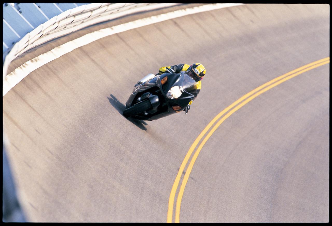 画像: 矢田部のバンクを激走する隼。さすがの隼も、車体は遠心力で押し付けられ、よじれているのが当時の写真からわかる。