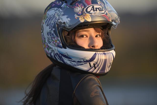 画像: ヘルメットも素敵でしょ♡ 私は、バイク用品は派手な色と柄が好き。 写真で見てもかっこいいですが、実際に見るともっとかっこいいですよ。 私はこのデザイン、とても気に入って使っています!! バイクに乗るとき身につけるのもお気に入りの物だと倍楽しくなる気がします。