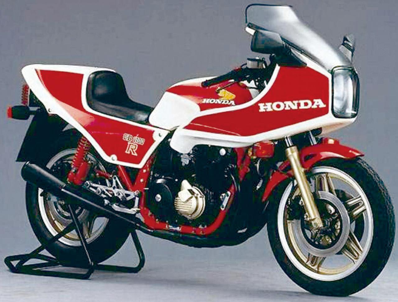 画像: CB100R 1981年 空冷CBの集大成にして究極のフラッグシップ。1981年、レース出場を前提としたスペシャルモデルとしてデビュー、その後1984年まで限定生産された。鍛造ピストンを採用する手組みのエンジンやアルミタンク、FRPカウルなど、当時最高峰のパーツを使用していた。
