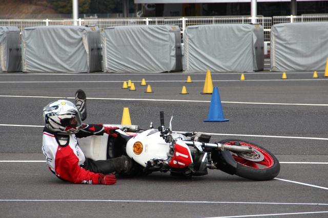 画像: A級3位 小川直人選手&NSR250R(転倒の写真でごめんなさい!(;´Д`A) 1分23秒456