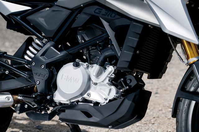 画像: 313㏄水冷DOHC4バルブはシリンダーが後傾し、前方吸気、後方排気とされる。クランクケースは上下分割で、合い面のクランク軸後方にはミッションの2軸と、クランク軸の前方にバランサー軸が置かれる。