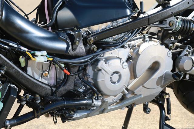 画像: 550㏄の水冷並列2気筒エンジンは、DOHC4バルブヘッドを備え最高出力53.5PSを発揮。270度クランクの採用による優れたトラクション性能、振動を低減する2軸バランサーの内蔵など贅沢な造りが光る。