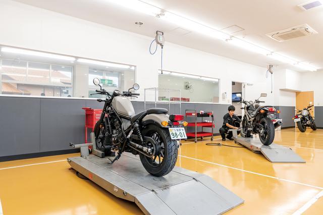 画像: 専門知識を備えたスタッフが購入からアフターメンテナンスまでサポート。長岡では店内からサービス工場の作業風景を眺められます。