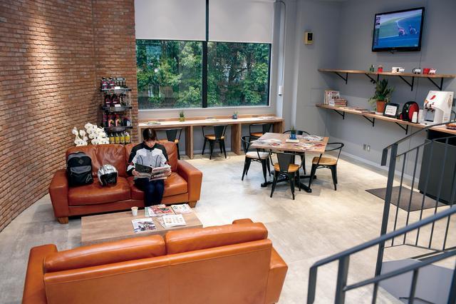 画像: ホンダドリームの中でも、川崎宮前は国交省の指定工場。車検もこの店舗で出来てしまうので、安心で便利です! さらに、2階フロアには広々とした休憩スペースもあるので、家族で来ても大丈夫ですね。コーヒーも無料で飲めましたよ〜!
