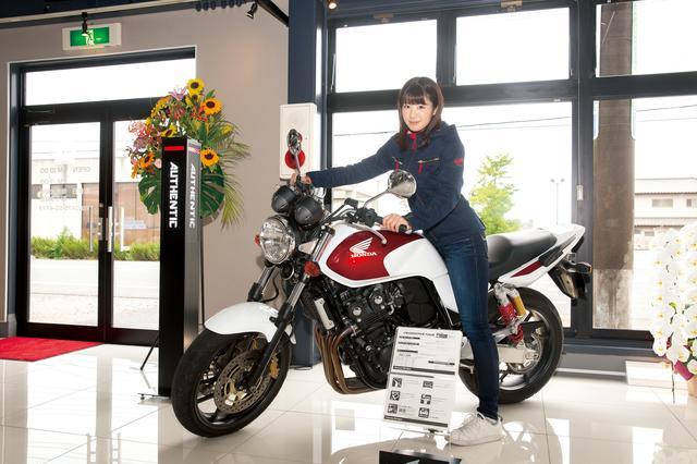 画像: CB400 SUPER FOUR 新色のキャンディークロモスフィアレッド メーカー希望小売価格85万8600円(消費税込み)の場合