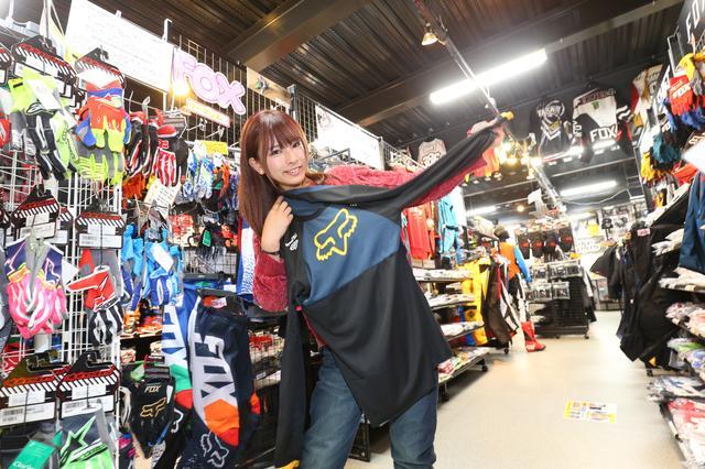 画像: 名古屋のダートフリークさんはオフロード用品のラインアップが豊富なお店です。オフロードを経験したことがない私は興味津々でお店を回っていました。服やヘルメットの形の理由などあれこれ質問してしまいました! カラフルなものばかりで面白かったです♫