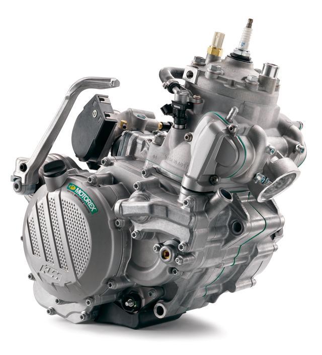 画像: 今回最大の目玉が「TPI」エンジン。リアに配した転送ポートから直接混合気を噴射するフューエルインジェクションを採用して未燃焼燃料によるロスを低減。燃焼効率を高めて燃費を向上させた。また、今回からエンジンオイルは混合から分離給油となった。