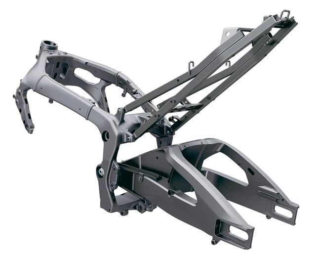 画像: 単にフレームだけの能力ではなく、強度部材としてのエンジン搭載位置やそのステーの長さなども剛性バランスを調整する上で重要な要素になる。重量配分やマウント位置を総合的に検討しつつエンジンのカタチを決めた。