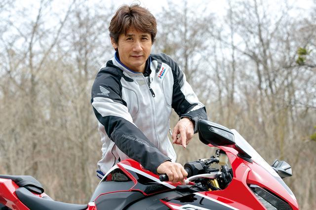 """画像: 伊藤さんが一番気になっていたのは、スロットルバイワイヤの出来。「MotoGPレプリカのRC213V-S並みに、操作に対して""""ツキ""""がすごく滑らかなので乗りやすいです。""""ドンツキ""""もなくて、意のままに操れますね」"""