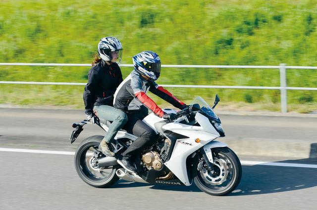 画像: タンデム走行の後、大関さんは「シートがすごく滑ります……」とコメント。シートの表面にステッチがないデザインなので、お尻が引っかからないのが原因かも?