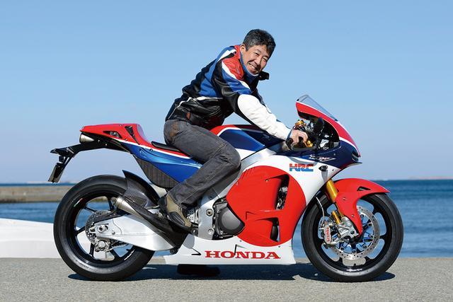 画像: 「こんなバックステップのバイクに乗るの超久しぶりだね」と笑う岡田さん。前傾ポジションにもすぐに慣れ、長時間乗っても首やお尻が痛くならないことに、かなり感心していた様子。