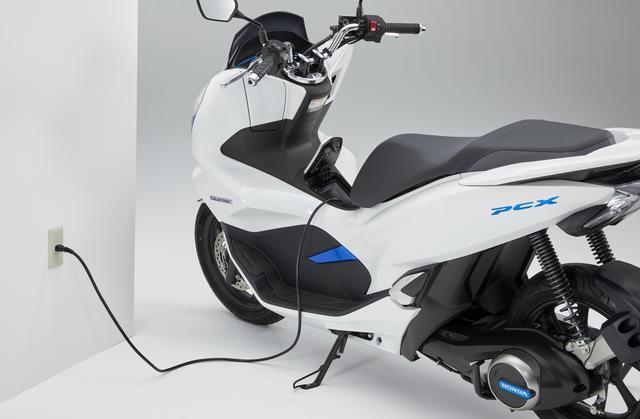 画像: 車体にモバイルパワーパックを取り付けた状態での充電が可能。家庭用コンセントに対応している