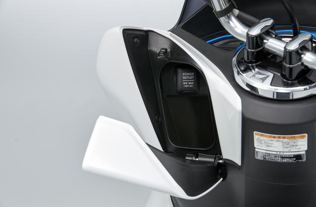 画像: フロントインナーボックスは500mlのペットボトルが挿入できる容量。スマホなどの充電に便利なアクセサリーソケット付き