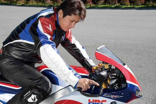画像: 「このスロットルレスポンスはこのバイクでしか体感できない」と語る伊藤さん。スポーツキット装着時のパワーはMotoGPマシンと同じ加速感が味わえるという。「自分もいまだにワークスのRC213Vに乗ると『うわっ速ぇ!』と驚くんです。あの感覚を、ある程度スキルのあるライダーなら、一度は味わって欲しいといつも思っていました。それでいて下からトルクが出ているから、ピットロードをふわっと出ていけるし、クラッチにそんな気を使わなくていい。RC213V-Sはまさにそんな乗り味なんですよ」。