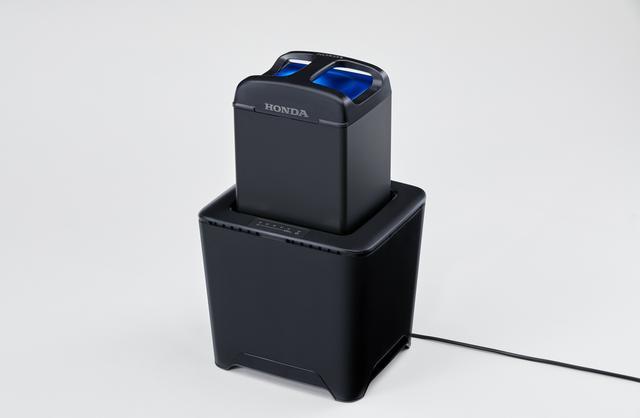 画像: 充電スタンドもされ、屋内にバッテリーを運び入れての充電も行える