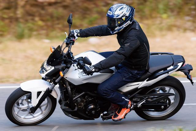 画像: クラッチのつながりも非常にスムーズで、エンジン特性がまるで4輪車みたいな印象です!(伊藤) 宮城のツーリングポイントとして著名な、牡鹿半島のコバルトラインを走る伊藤さんとNC750S。「全域トルクの塊、みたいな特性でワインディングでもその扱いやすさが光りますね」とは伊藤さんのコメント。