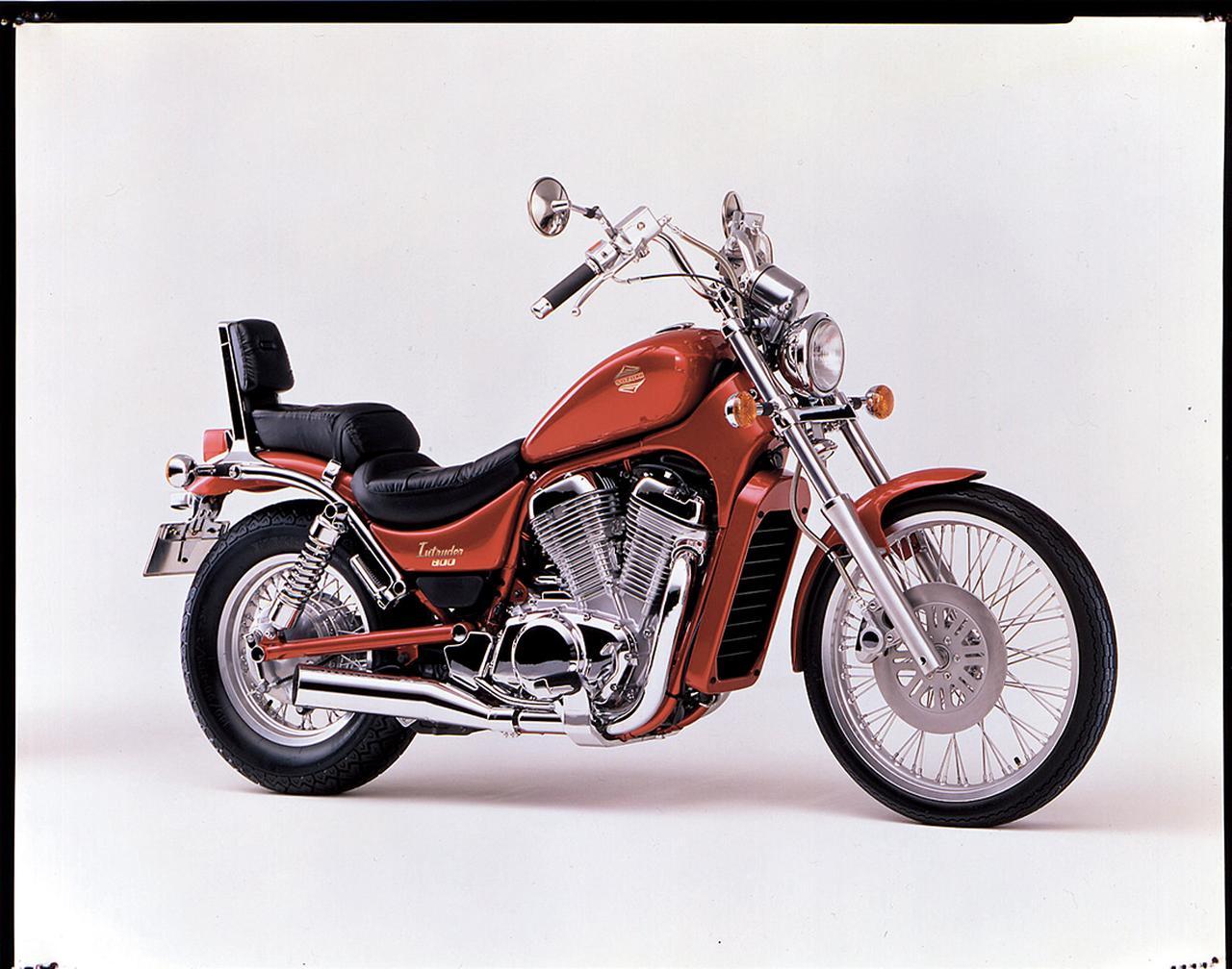 画像: 1993/5 SUZUKI VS800イントルーダー バフ仕上げのパーツを多用する、質感の高い車体に、VX800の水冷45度Vツインエンジンをリファインして搭載。トルクフルな走りが堪能できる。