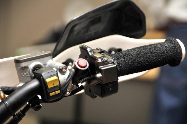 画像: 右ハンドルバーにはキルスイッチやパワーモードスイッチなども装備される。