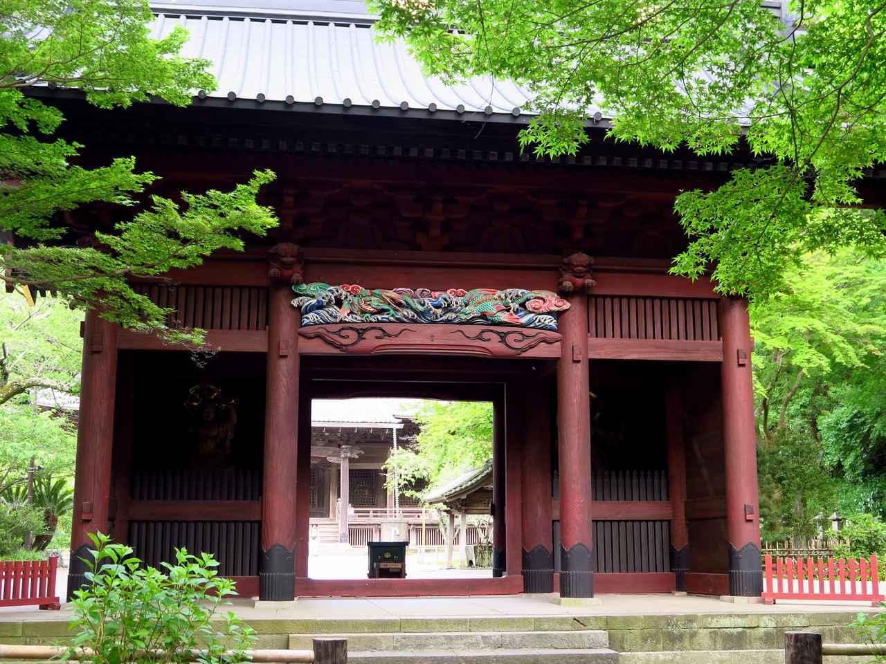 画像: 入口の二天門。1840年建立。平成の大改修を行っており、彫刻が見事です。