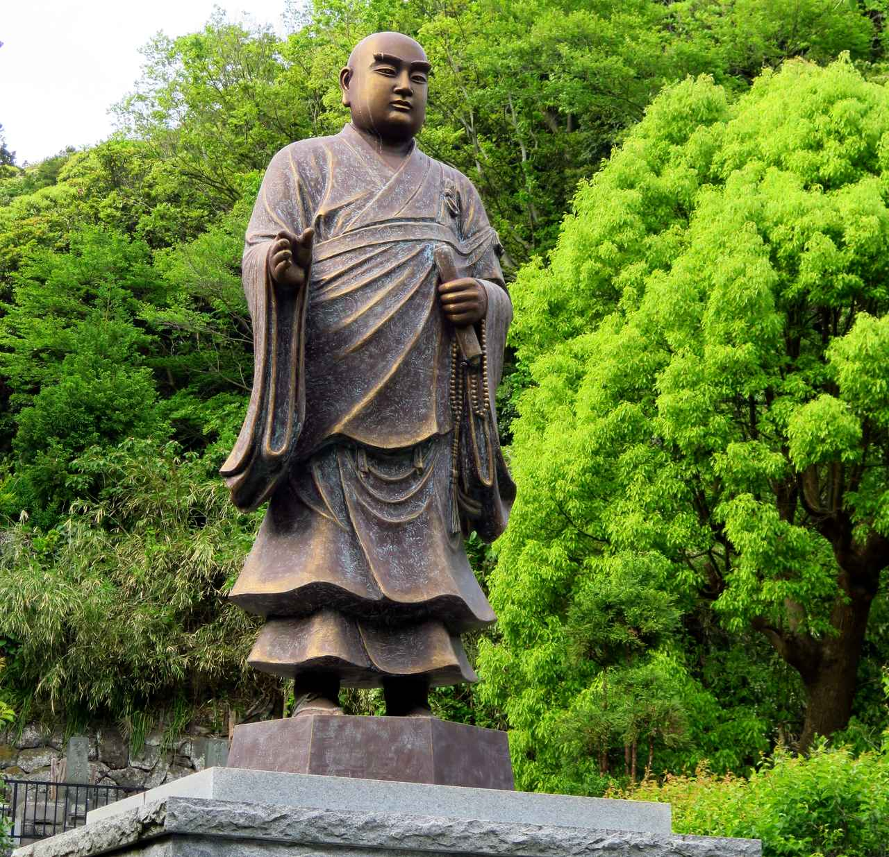 画像: 二天門を潜れば、なかなかのサイズの日蓮聖人像が迎えてくれます。