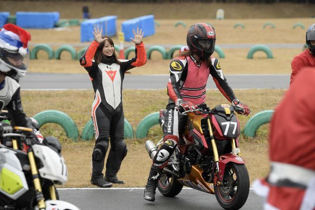 画像: ちょっと緊張感の無い2人ですが、スタート風景です。オートバイ女子部のゼッケンは「77」。