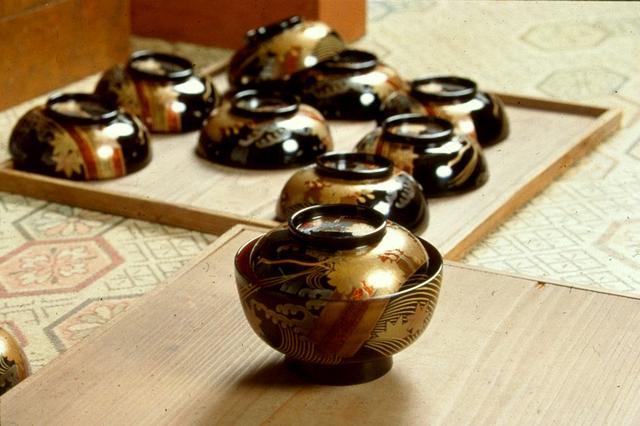 画像: 伝統工芸品の輪島塗。絢爛な蒔絵が特徴的だ