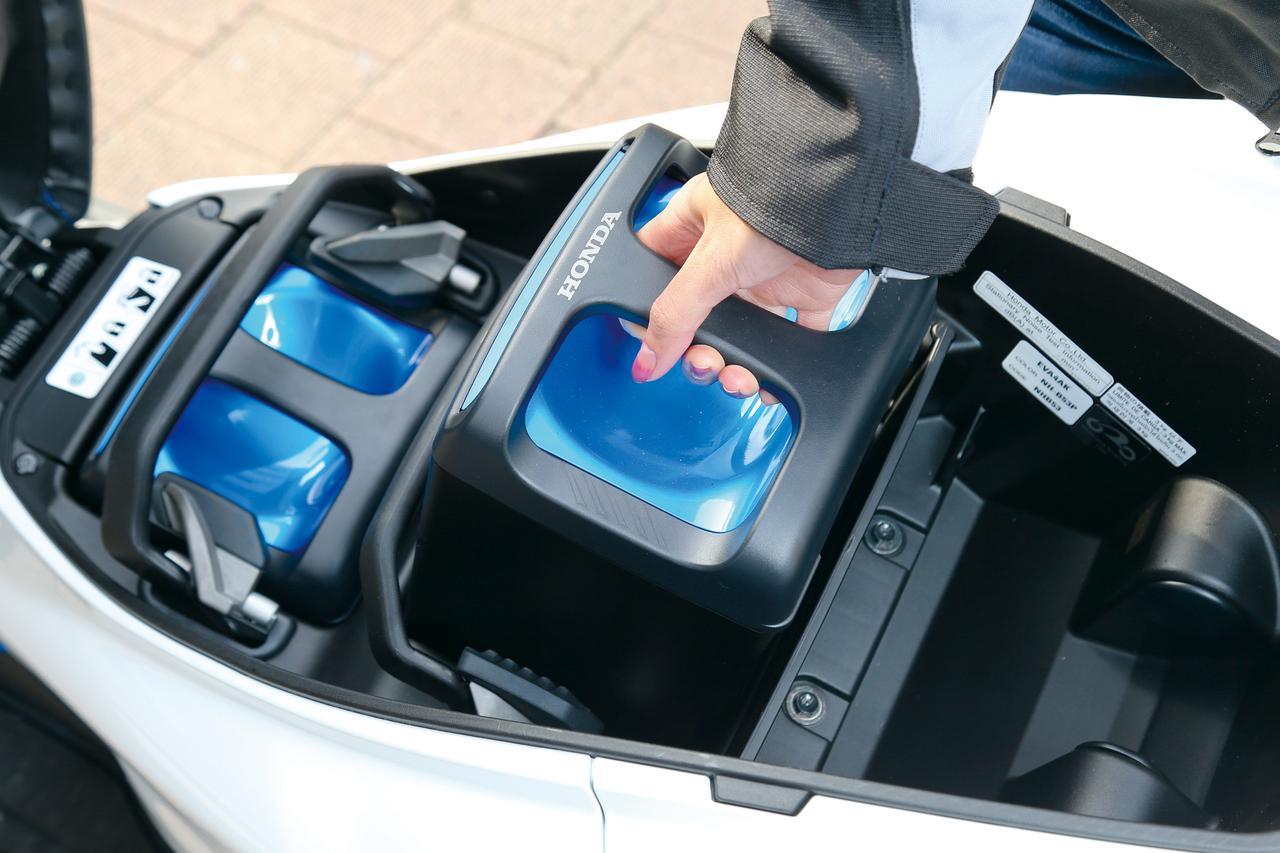 画像: リチウムイオン電池「モバイルパワーパック」はパナソニック製。これをトランク内に2個搭載、走行時は直列、充電時は並列つなぎにして使う