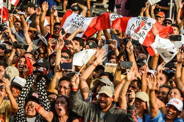 画像: 10万人を超える観客が、スタート地である南米ペルーの首都リマ「マグダレナ」に集まった。