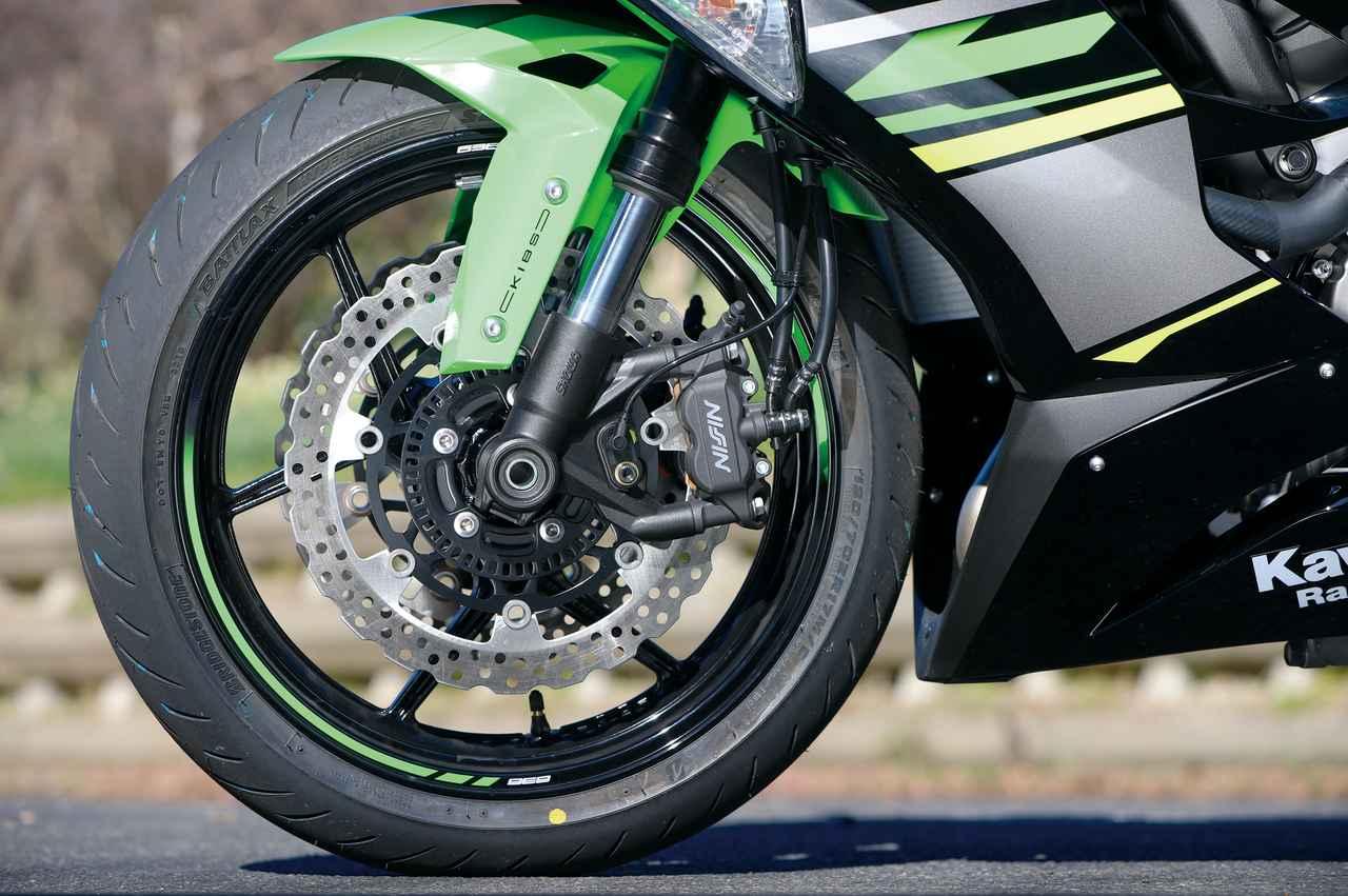 画像: 今回からタイヤはブリヂストンの新作スポーツラジアル・S22に変更。ブレーキは310㎜ローターをダブルで装備する。