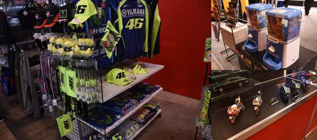 画像: グッズ売り場もちょいちょいバイク関連が。ガチャガチャはスズキのブースですよ