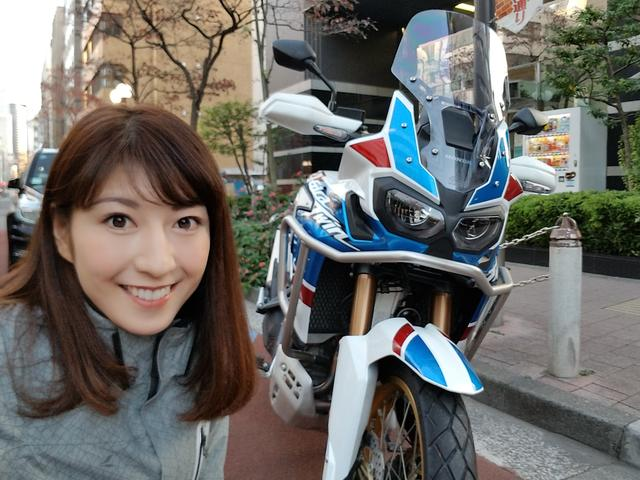 画像: ヘルメットを被って、化粧が崩れる前に出発前の自撮り!