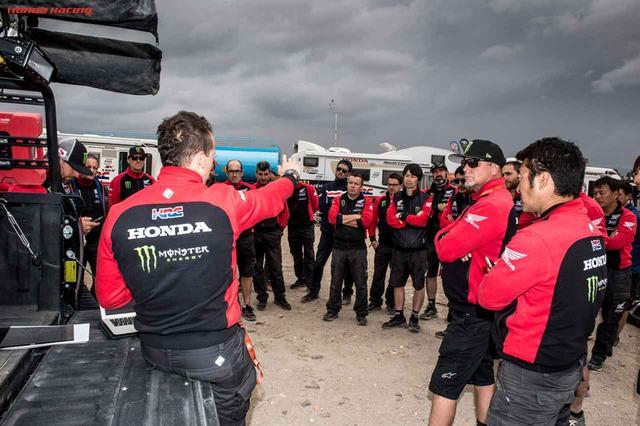 画像: 後半戦に備えてホンダワークスチームのスタッフ全員でミーティング。ライダーだけではなく、スタッフ全員がレースに参加しています。