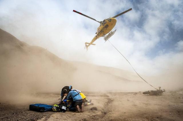 画像: 走行不能となったライダーやマシンはヘリで運ばれます。世界一過酷なモータースポーツと言われるダカールラリーは残念ながらリタイアとなってしまうライダーも多いので、こうした救済措置や安全性は徹底されています。