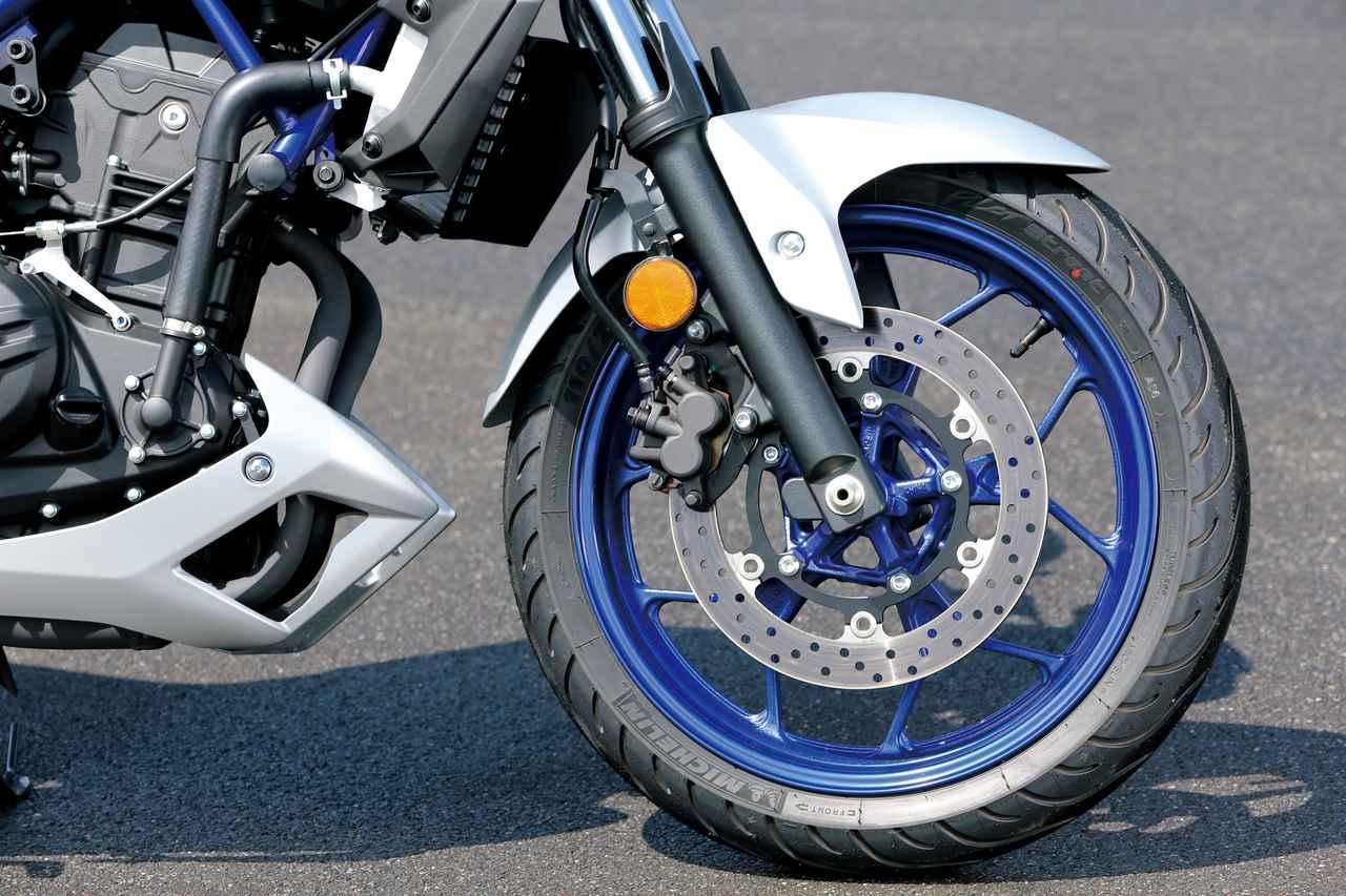 画像: フロントまわりのパーツも基本的にはYZF-Rシリーズと同じ。標準タイヤは速度レンジの関係で異なり、25がIRC、03がミシュラン。