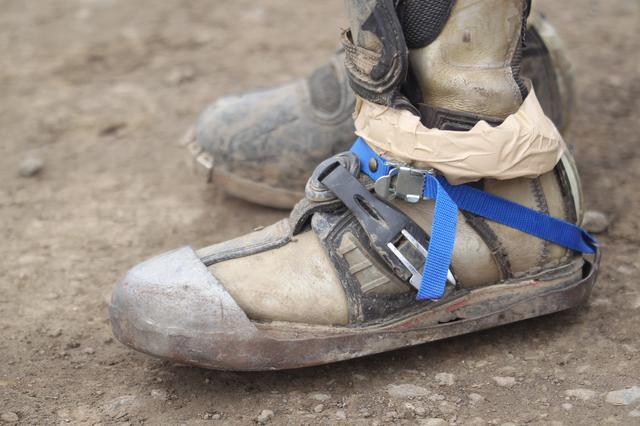 画像: お借りしたブーツが壊れていたので、まさかのガムテープで止めてますっ(笑)