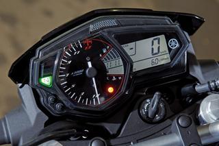 メーターはベースモデルのYZF-R25/R3と共通のユニットを採用。シフトインジケーター、ギアポジションインジケーターも備える。