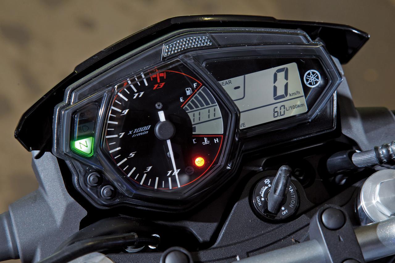 Images : メーターはベースモデルのYZF-R25/R3と共通のユニットを採用。シフトインジケーター、ギアポジションインジケーターも備える。