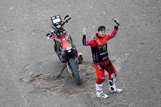 画像: ステージ8でこれまで順調なレース展開で総合1位だったリッキー•ブラベック(ホンダ)に悲劇が襲います。ここれまでのラリーを冷静かつ力強い走りでリードしてきたアメリカ人ライダー、リッキー・ブラベックがマシントラブルでラリーを去ることになってしまいました。