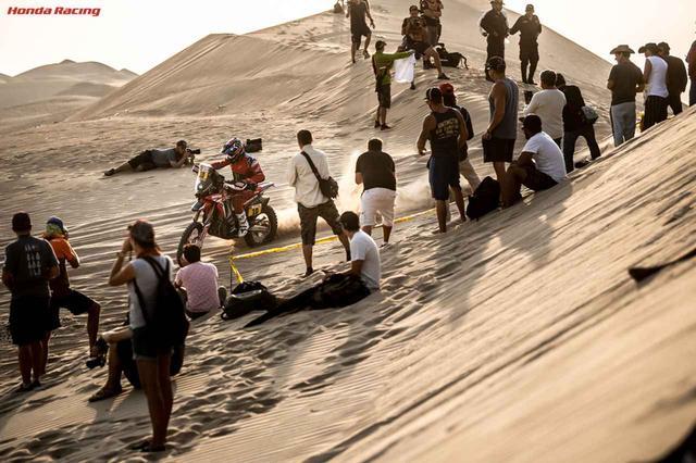 画像: たくさんの群衆に見守られ、ラストスパートを駆けるホンダのホセ・イグナシオ・コルネホ。