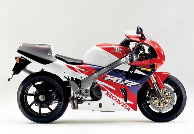 画像: 「RC45(RVF)」とは? VFR750R/RC30の後継モデル。世界耐久ロードレース選手権シリーズなどで活躍したワークスマシン「ホンダRVF750」の技術と軽量素材を多用した、ハイグレードなSSバイクとして、'94年に500台限定で発売された。