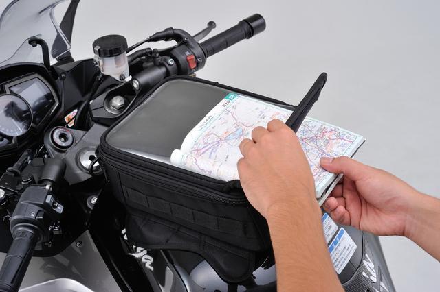 画像: バッグ上部にはマップケースも備えている。