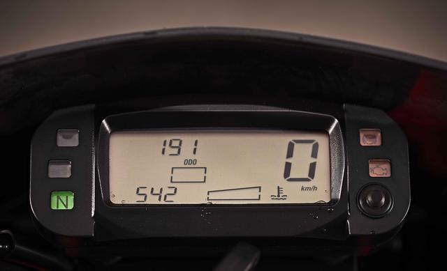 画像: コンパクトなデジタルメーターは多機能。一般的な機能に加えて、トップスピード、バッテリー電圧、走行セッション間の移動距離を表示するツイントリップメーター機能を持ったトラベルダイアリーを装備しています。