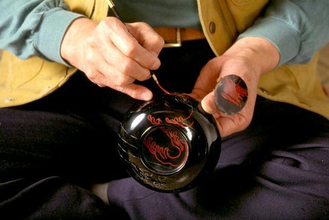 画像: 伝統工芸品の輪島塗。いまも職人の手作業で、卓越した技術を守り続けています。