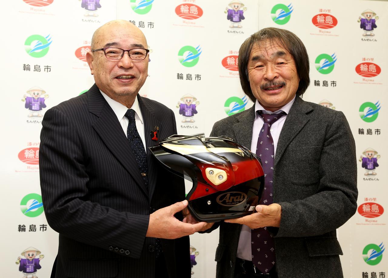 画像: 風間氏には委嘱状とともに、記念品として輪島塗が施されたヘルメットが贈呈されました。