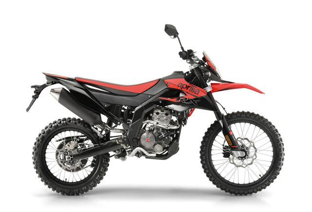画像: 上が今回発売開始されるモタードの「SX 125」、下が既存のオフロードモデル「RX 125」です。