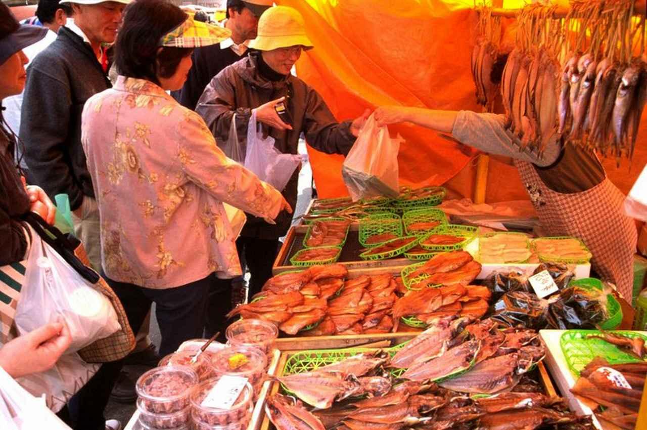 画像: 千年続く輪島朝市は朝8時から12時まで平日でも開催されています(定休日は基本的に第二・第四水曜日、そのほか臨時休業あり)。