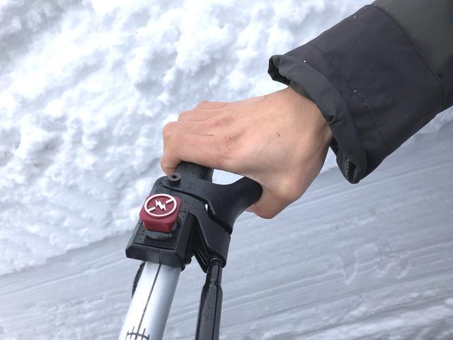 画像2: 前輪がスキー板で後輪がベルト上のトラックと呼ばれるもので、バイクらしい見た目はシートとハンドルぐらいですか……?