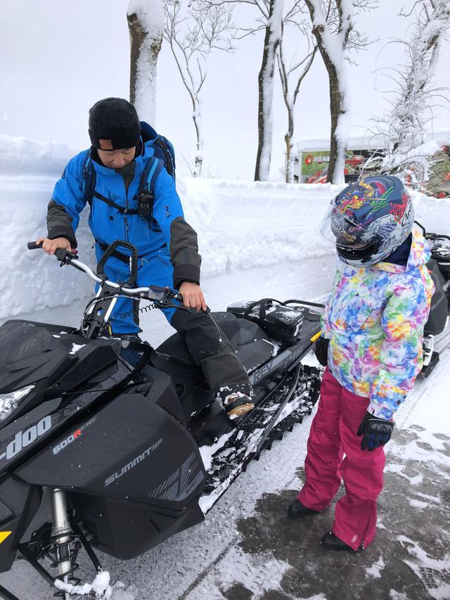 画像3: 前輪がスキー板で後輪がベルト上のトラックと呼ばれるもので、バイクらしい見た目はシートとハンドルぐらいですか……?