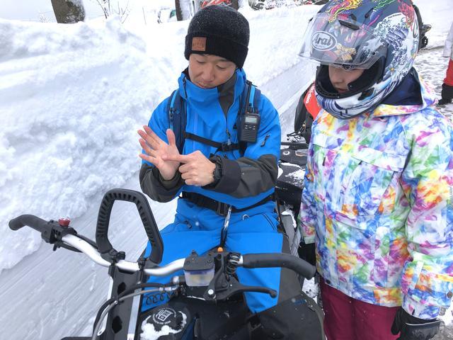 画像1: 前輪がスキー板で後輪がベルト上のトラックと呼ばれるもので、バイクらしい見た目はシートとハンドルぐらいですか……?